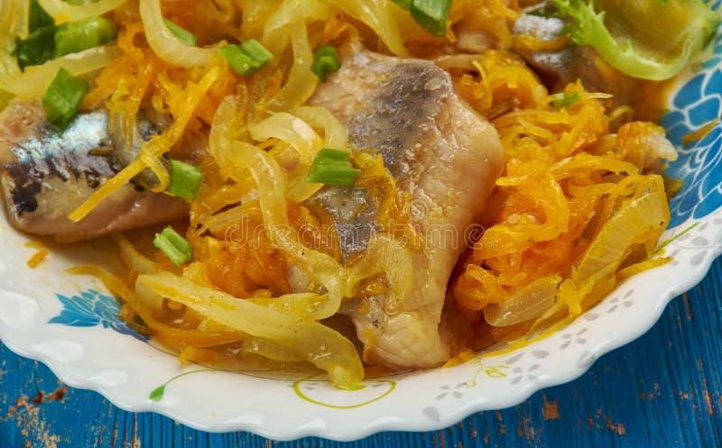 Arenques na marinada da cenoura e da cebola fotos de stock royalty free