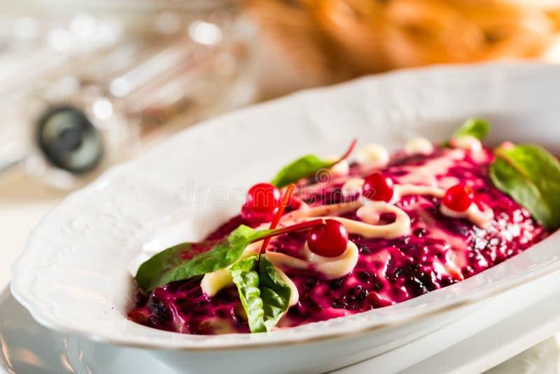 Arenques sob a beterraba vermelha e a maionese, alimento festivo nacional do casaco de pele da salada, fotografia de stock