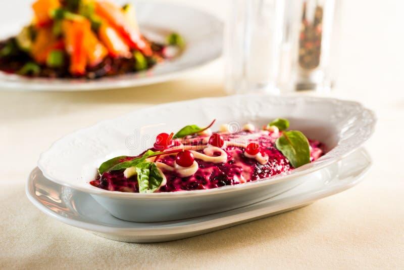 Arenques sob a beterraba vermelha e a maionese, alimento festivo nacional do casaco de pele da salada, imagens de stock royalty free