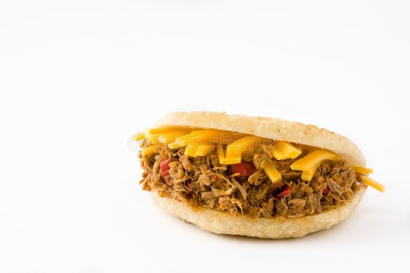 Arepa用切细的被隔绝的牛肉和乳酪 委内瑞拉人典型的食物 库存图片