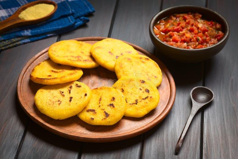 Arepa colombiano con la salsa di Hogao fotografia stock libera da diritti