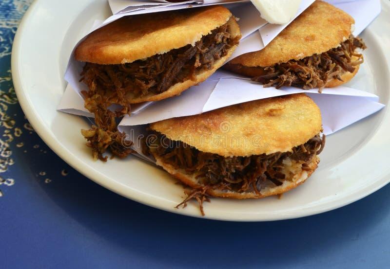 Arepas用切细的肉填装了 委内瑞拉人典型的盘 传统哥伦比亚的食物 库存图片
