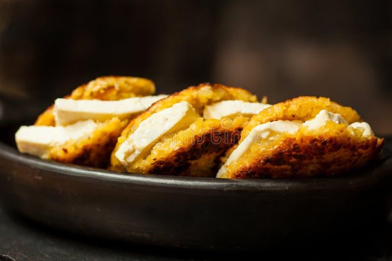 Arepas de choclo rempli du fromage blanc photographie stock libre de droits