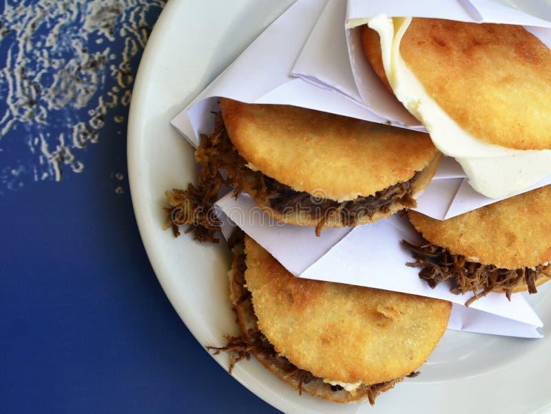 Arepas ha riempito di carne e di formaggio tagliuzzati Piatto tipico del Venezuelan Alimento colombiano tradizionale fotografie stock