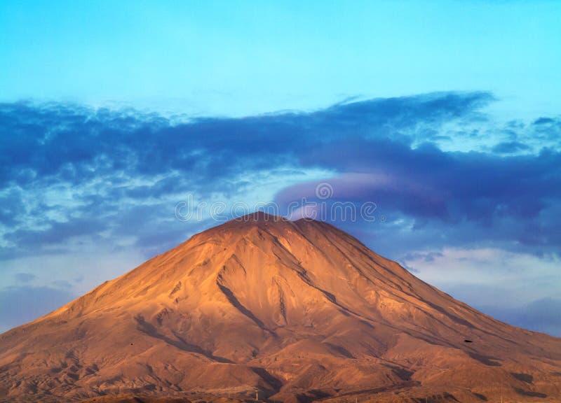 Arequipa, Περού με το εικονικό ηφαίστειό του Chachani στο backgroun στοκ φωτογραφία με δικαίωμα ελεύθερης χρήσης