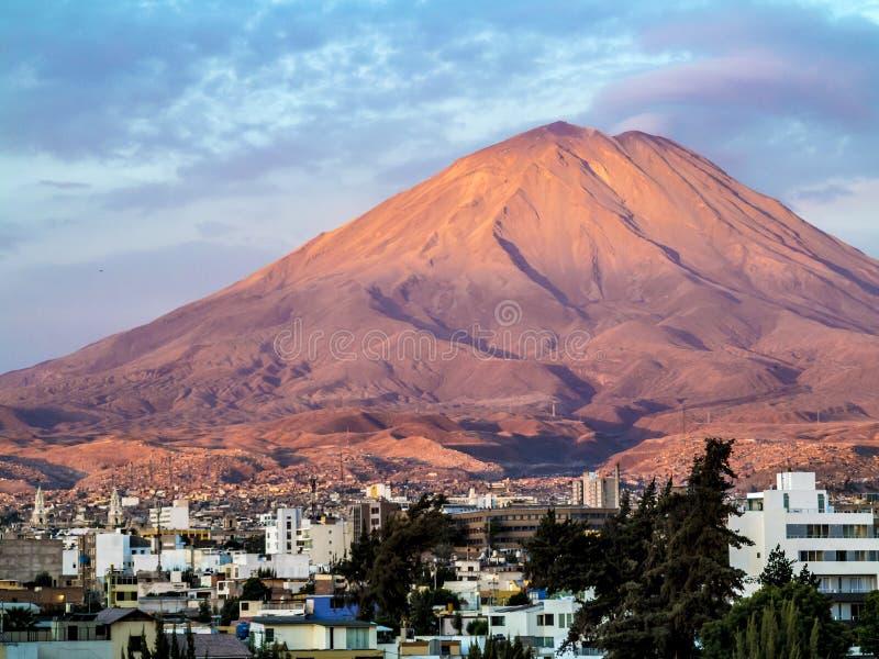 Arequipa, Περού με το εικονικό ηφαίστειό του Chachani στο backgroun στοκ εικόνες