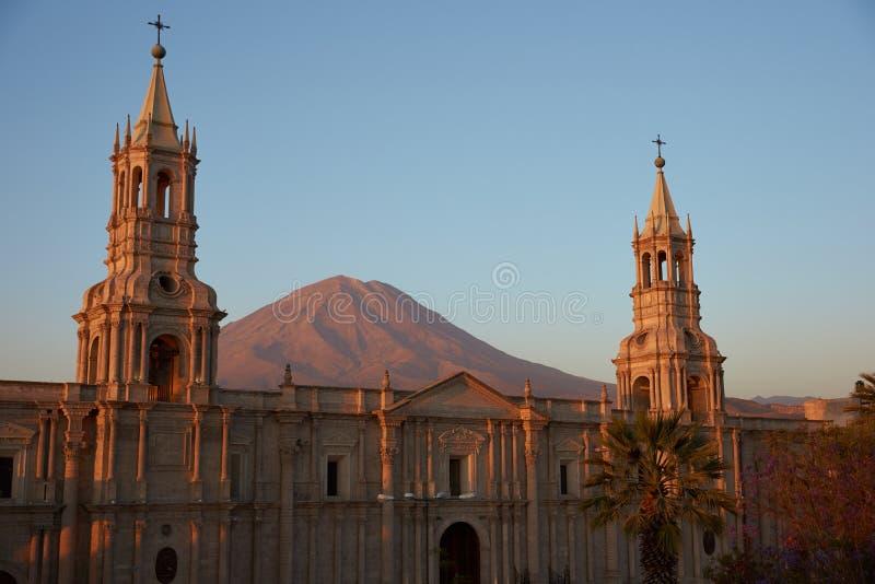 Arequipa domkyrka på skymning arkivbilder