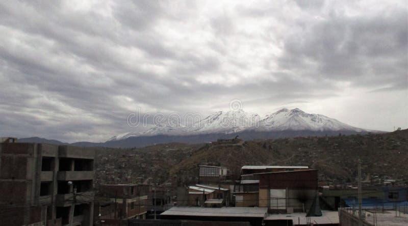 Arequipa krajobraz z śnieżystym szczytem Chachani wulkan zdjęcie royalty free