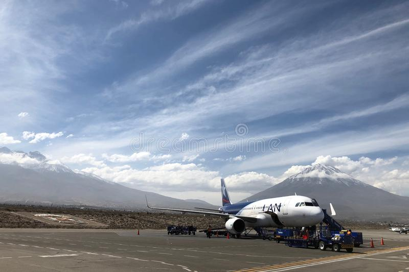 Arequipa lotnisko z Misti wulkanem w tle w Peru zdjęcie stock