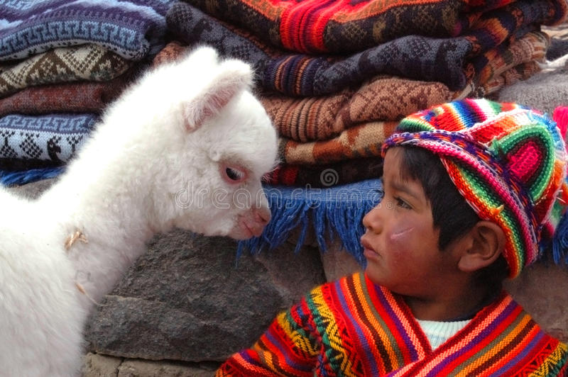 AREQUIPA, PÉROU - 6 JANVIER : Petit garçon Quechua non identifié dans t images stock
