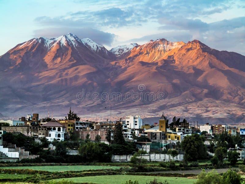 Arequipa, Perù con il suo vulcano iconico Chachani nel backgroun fotografia stock libera da diritti