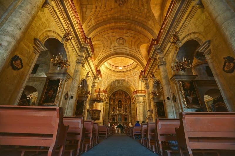 Arequipa Peru - Augusti 18th, 2018: Inre av San Agustin Church av Arequipa, Peru royaltyfri fotografi
