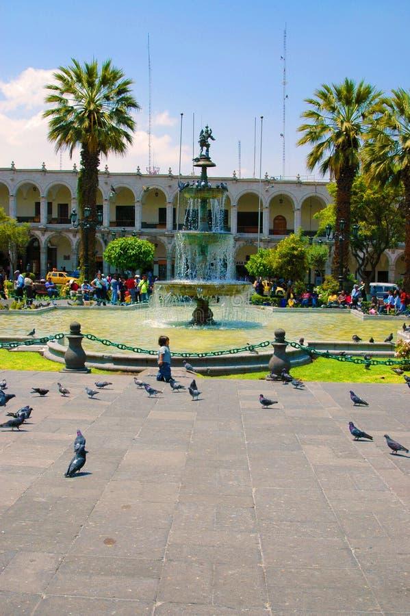 AREQUIPA, PERU - 4 DE FEVEREIRO: Locals não identificados no pl principal imagens de stock royalty free