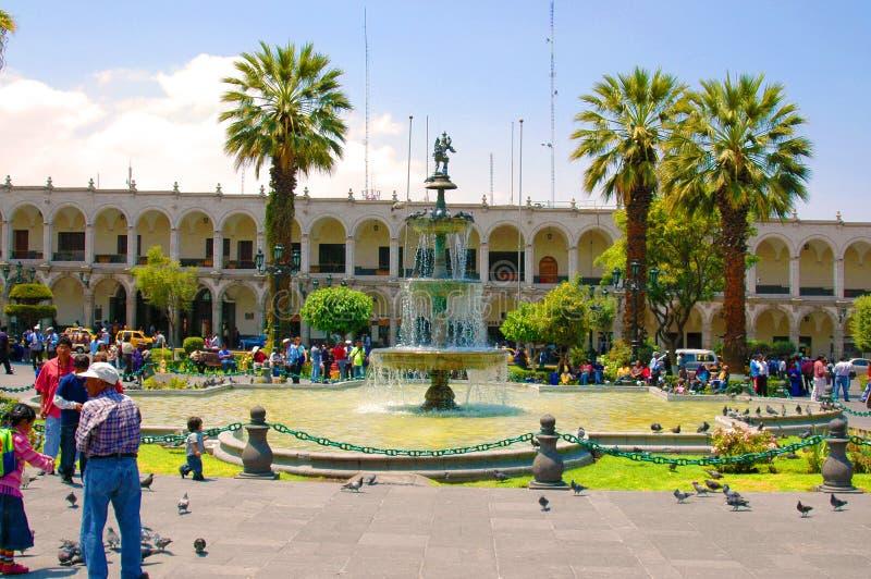 AREQUIPA, PERU - 4 DE FEVEREIRO: Locals não identificados no pl principal fotos de stock