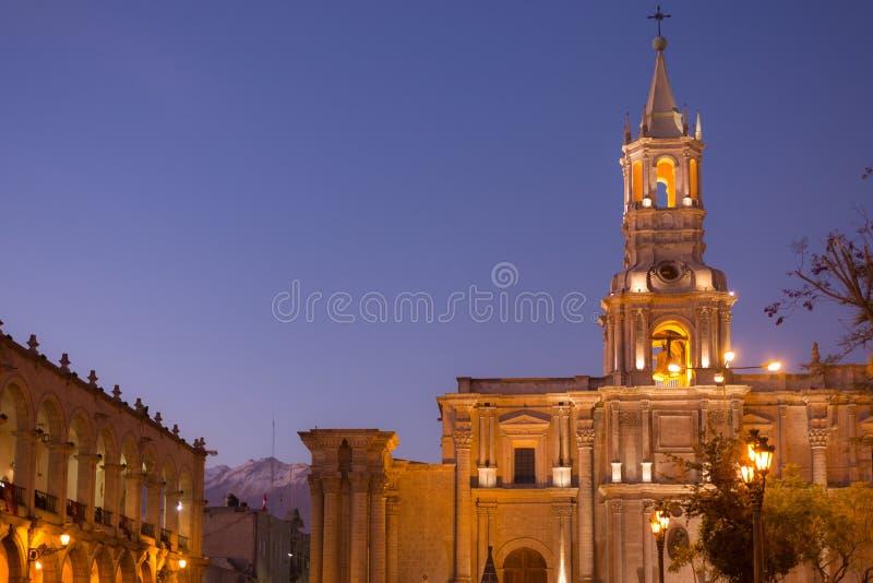 Arequipa Peru: Huvudsaklig fyrkant och domkyrka på skymning fotografering för bildbyråer