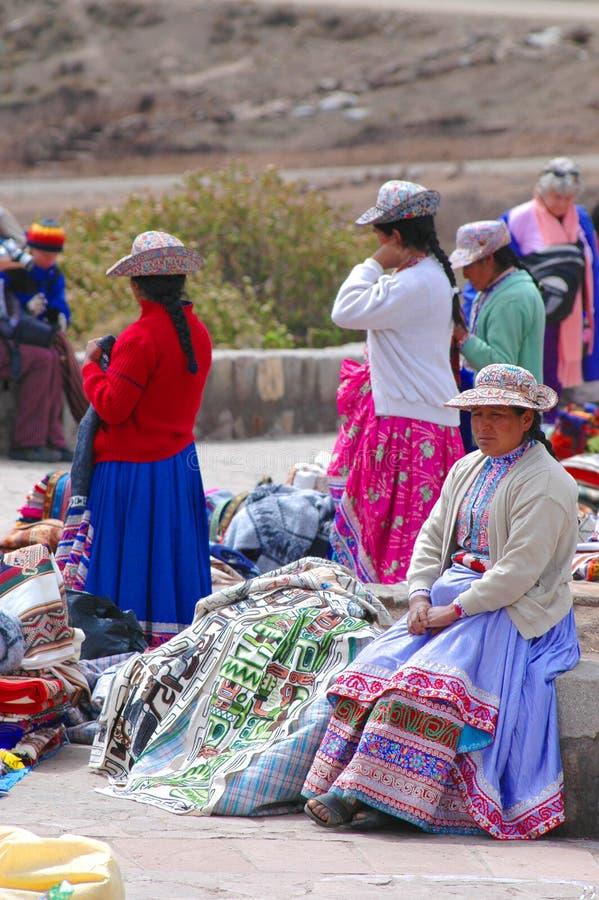 AREQUIPA, PERU - 8. JANUAR: Nicht identifizierte Quechua Frauen in einem Andenken Bazar in der Colca-Schlucht am 8. Januar 2008 i lizenzfreie stockbilder