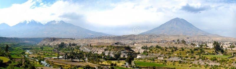 Arequipa Peru med Misti Volcano arkivfoton