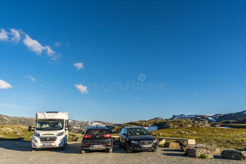 Ares остатков автомобиля и гористый ландшафт на предпосылке на дороге горы в норвежских фьордах стоковое изображение