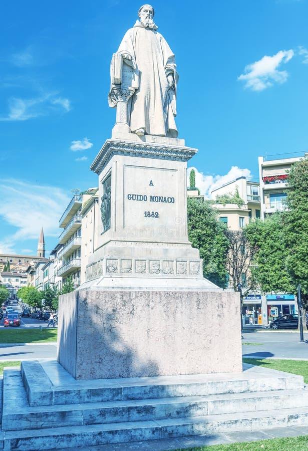 AREZZO, ITALIA - MAYO DE 2015: Guido Monaco Square con los turistas sea imagen de archivo libre de regalías