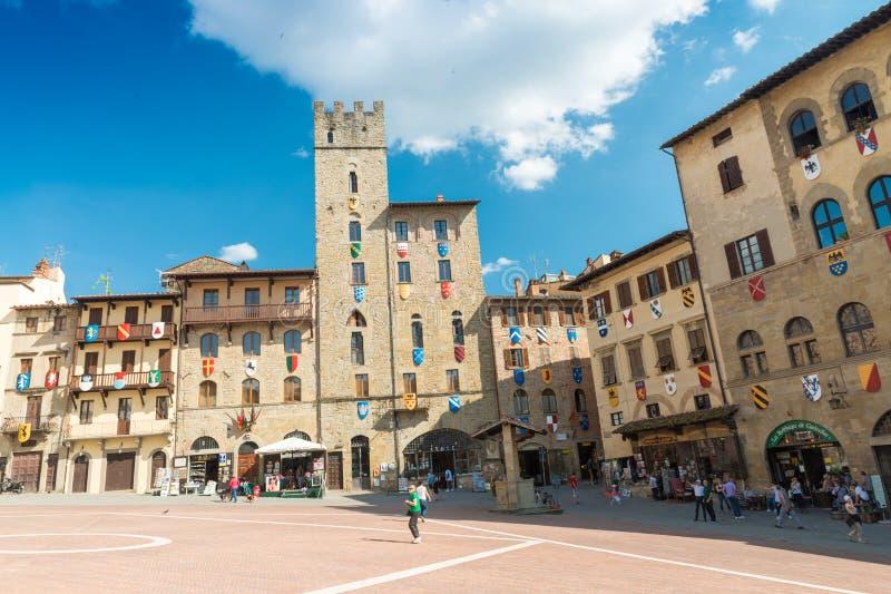 AREZZO, ITALIEN - 12. MAI 2015: Touristen genießen Piazza Grande auf a stockfoto