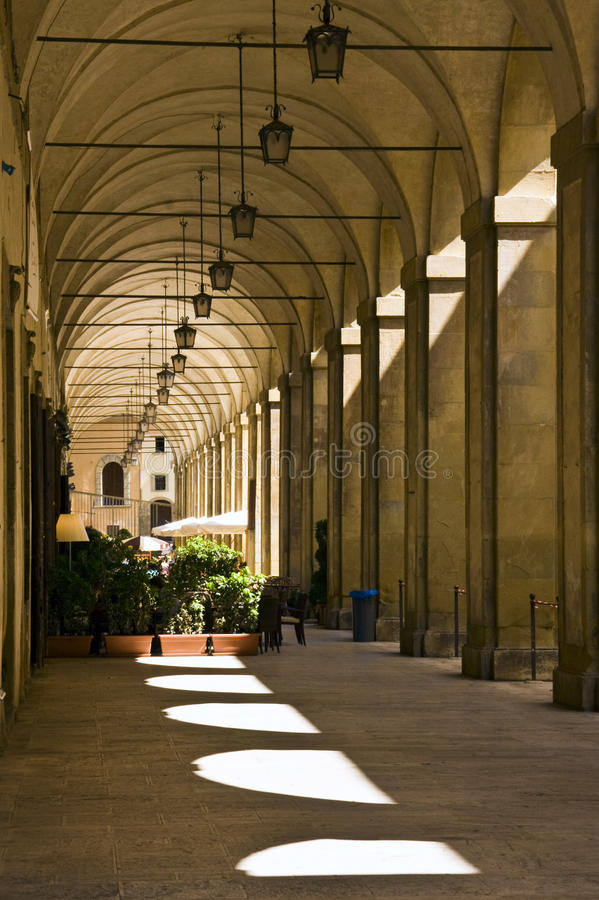 Arezzo - Portale zum Marktplatz groß lizenzfreies stockbild