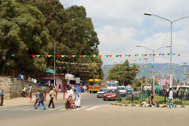 Arg gata för folk i i stadens centrum Addis Ababa, Etiopien royaltyfri fotografi