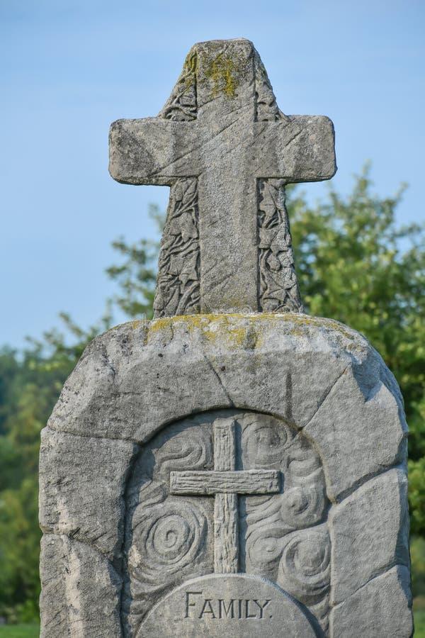 Arg gravsten för familj i kyrkogård arkivfoto
