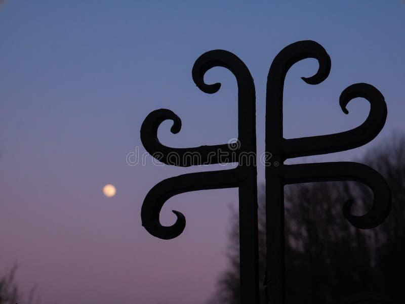 Arg kontur och himlen med fullmånen arkivfoto