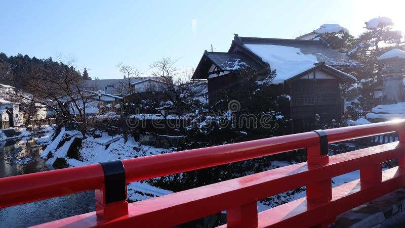 Arg snö för röd övergångsställe för broJapan väg på signalRoaden för ljus för vägsnöväg i Japan fotografering för bildbyråer