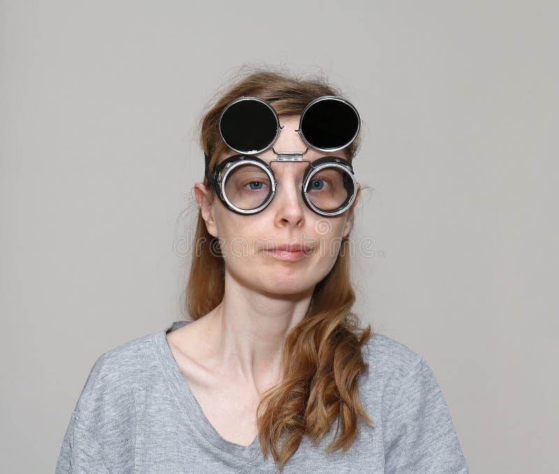 Arg synad flicka med svetsande exponeringsglas royaltyfri foto