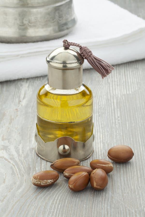 Arganöl und -nüsse stockfotos