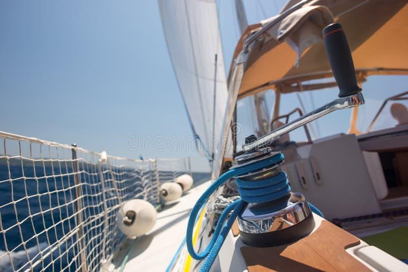 Argano con la corda su una barca a vela nel mare immagine stock