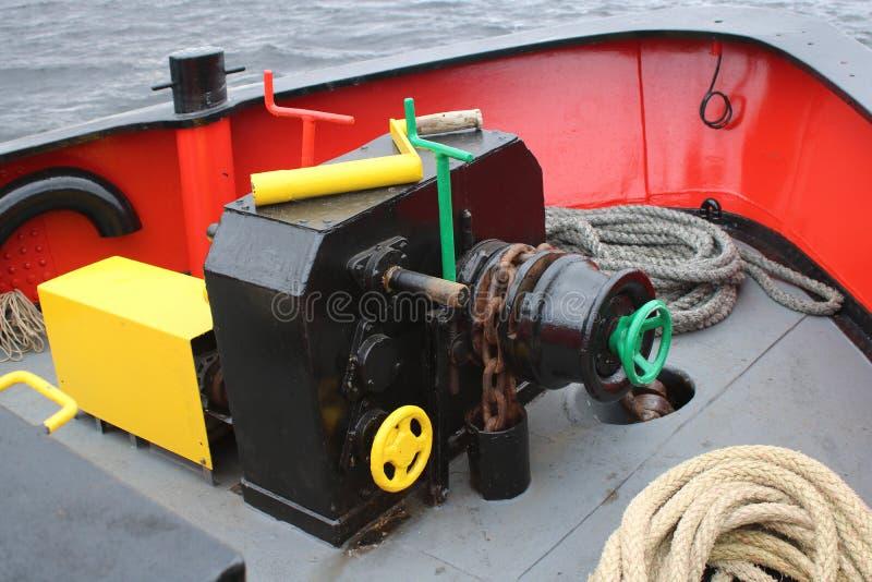 Argano della catena d'ancoraggio alla prua della barca immagine stock