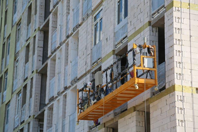 Argano elettrico su costruzione in costruzione immagine stock