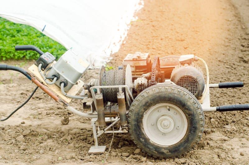 Argano o coltivatore elettrico per di lavoro agricolo, l'agricoltura, la coltivazione, l'agroindustria, il meccanismo a catena e  immagine stock libera da diritti