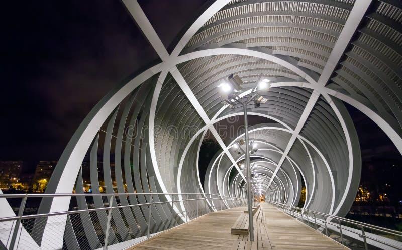 Arganzuelabrug in nacht en Madrid Rio Park, Madr wordt verlicht die stock fotografie