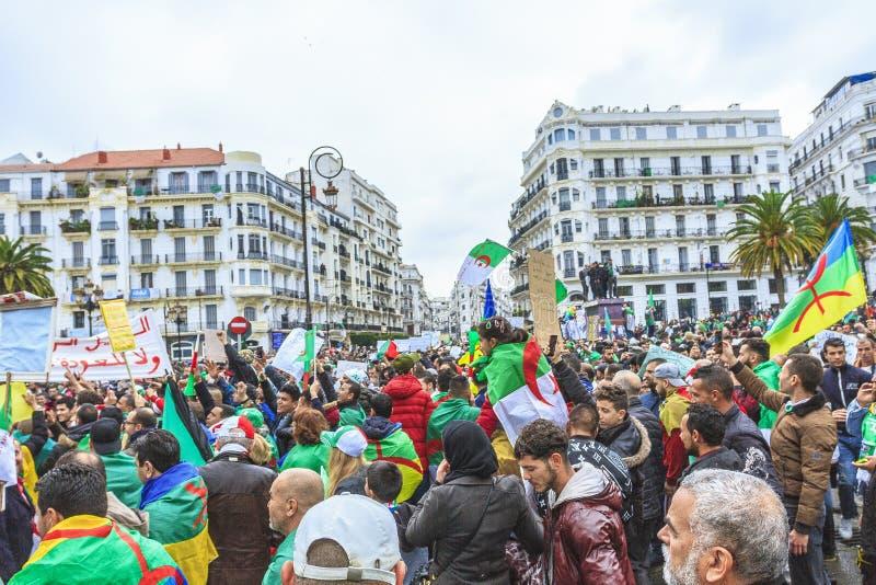 Argelinos que protestam contra Bouteflika& x27; regime de s em Argel fotos de stock royalty free