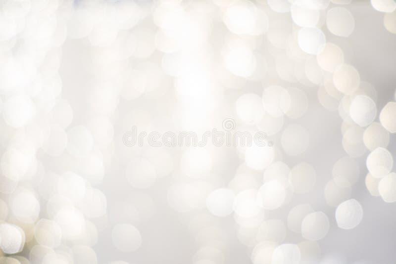 Argent à extrémité élevé et blanc classieux chic, lumières troubles de contexte de vacances de Noël beau de fête images stock