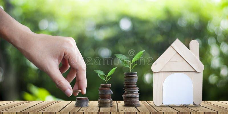 Argent économisant pour acheter un concept d'immobiliers de maison à l'avenir photos stock