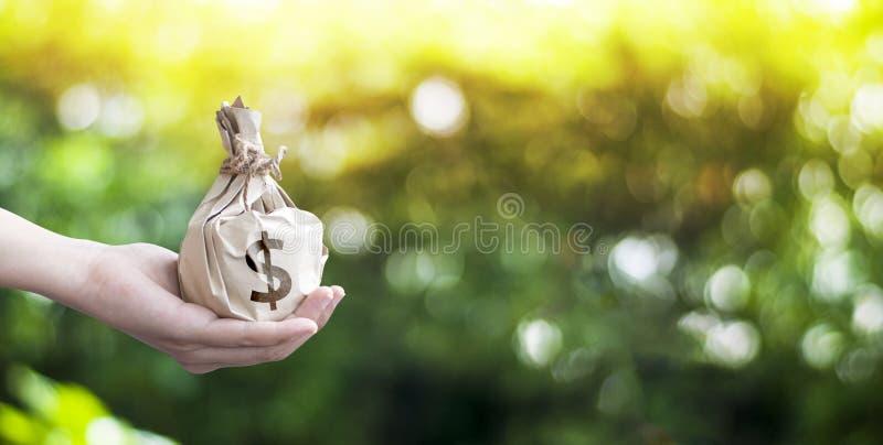 Argent économisant pour des affaires croissantes et le futur concept photographie stock