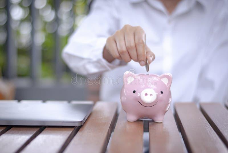 Argent économisant pour des affaires croissantes et le futur concept images stock