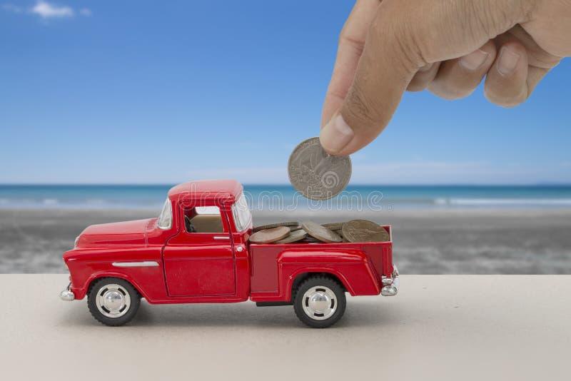 Argent économisant pour la voiture pour l'argent liquide, concept de finances avec la mer tropicale et fond de plage photographie stock libre de droits