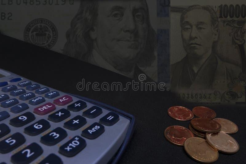 Argent, calculatrice, banque de pièces de monnaie avec le modèle rouge de maison sur la table image stock