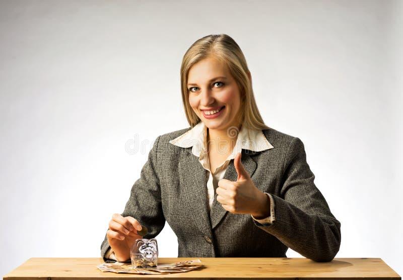 Argent d'économie de femme d'affaires images libres de droits