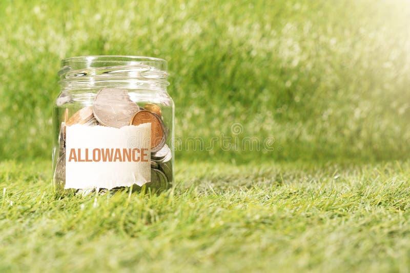 Argent d'allocation, pièces de monnaie dans le pot en verre pour l'argent sauvant le concept financier photos stock