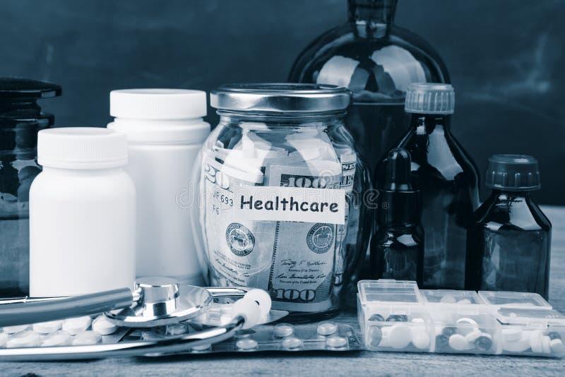 Argent d'?conomie pour l'assurance de soins de sant? - verre, st?thoscope, pilules et bouteilles d'argent photos stock