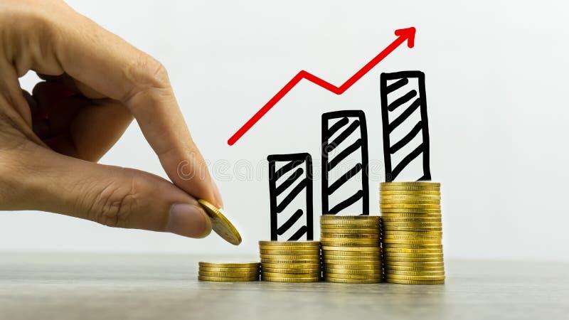 Argent d'investissement à long terme ou de fabrication avec les bons concepts Un homme d'affaires mettant la pièce de monnaie sur image stock