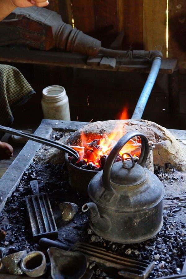 Argent de chauffage dans un feu photographie stock libre de droits