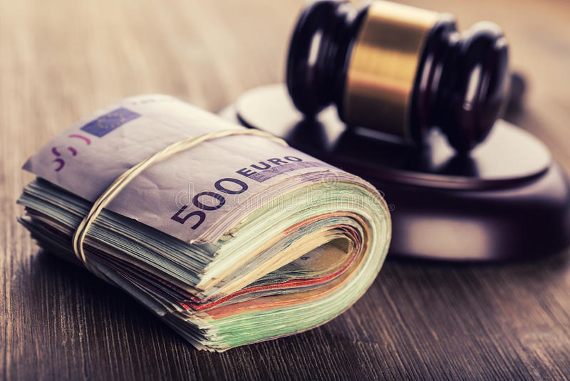 Argent de justice et d'euro Euro devise Marteau de cour et euro billets de banque roulés Représentation de la corruption et du co photographie stock