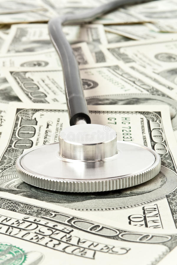 argent de médecine de concept au-dessus de stéthoscope photographie stock